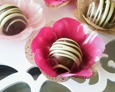 Forminha F1T1C Pink Penelope Charmosa e dourada  Forminhas em tecido para doces finos.  Camélia 5 pétalas.    Dimensão do produto: 8 cm  Fundo 3 cm    Duas camadas.    COR:  Tela: Dourada  Cetim: Pink Penelope Charmosa    Doce não incluso.