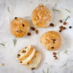 Pan di ramerino, a traditional tuscan sweet bun, is a sweet bread with rosemary and raisins, that my dad used to bring school when he was a kid. Sweet Buns, Sweet Bread, Raisin, Food Pictures, Food To Make, Traditional, Breakfast, Recipes, Morning Coffee
