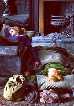 Year Seven: Harry Potter and the Deathly Hallows. Hermione Granger and Ron Weasley. (Movie) I love how they are sleeping Fans D'harry Potter, Theme Harry Potter, Mundo Harry Potter, Harry Potter Love, Harry Potter World, Potter Facts, Harry Potter Wattpad, Hogwarts, Golden Trio
