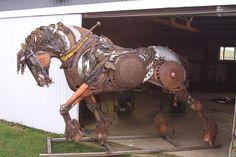 cheval-trait-fer-sculpture John Lopez est un artiste américain originaire de l'Etat du Dakota du Sud. Elevé dans un ranch, il s'est d'abord lancé dans la réalisation d'oeuvres d'art en bronze qui ont connu un succès sans précédent à travers le pays. Depuis, sa nouvelle lubie, c'est le fer. On vous laisse découvrir en images ses plus belles créations réalisées à partir d'anciens matériaux de ferme que vous pouvez également retrouver sur son site web.