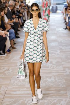 Tory Burch Spring 2017 Ready-to-Wear Fashion Show - Brittany Noon