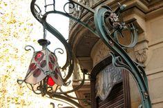 Architecte : Fèlix Cardellach i Alivés. Art Nouveau Arquitectura, Stained Glass Lamp Shades, Architecture Art, Street, Lighting, Blog, Barcelona Spain, Pharmacy, Architects
