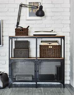 IKEA bietet dir Wohnzimmerideen, um dir bei der Aufbewahrung der Multimediageräte zu helfen. Ein Regal wie FJÄLLBO im industriellen Look ist dafür ideal mit seinen Böden aus massiver Kiefer und den Metalltüren im Netzdesign, die problemlos Signale durchlassen. Und in einem Korb auf dem Regal finden
