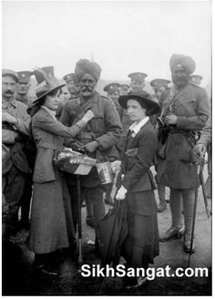 Contribution  British India Army Sikh Cavalry Officers in Paris 1916 being given flowers. World War One, First World, Military Careers, Army Uniform, Indian Army, Modern Warfare, Historical Pictures, British Army, Wwi