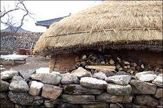 초가집 - Google 검색 Korean Traditional, Traditional House, Oldies But Goodies, Old Pictures, Art For Kids, House Plans, Landscaping, Oriental, Wings
