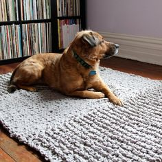 A free, beginner-friendly pattern for a bulky knit rug - all you need to do is knit, purl and sew!