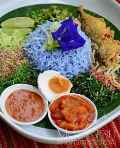 Nasi Kerabu - rice colored blue by the butterfly pea flower (bunga telang) Malaysian Cuisine, Malaysian Food, Nasi Kerabu, Nasi Lemak, Nasi Liwet, Nyonya Food, Malay Food, Indonesian Food, Asian Cooking