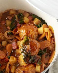 Snijbiet of warmoes is nog een vrij onbekende groente. Zowel blad als steel kunnen gebruikt worden, zoals in deze ragout met gehaktballetjes en aardappelen.