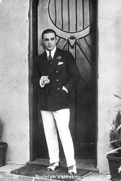 The Sex Symbol of the Portrait Photos of Rudolph Valentino During His Short Life Hollywood Fashion, Hollywood Actor, Golden Age Of Hollywood, Vintage Hollywood, Hollywood Glamour, Classic Hollywood, Hollywood Homes, Hollywood Cinema, 20s Fashion