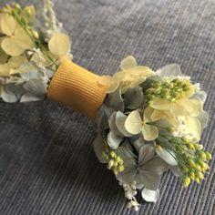 特別な日に お花の蝶ネクタイ鮮やかなイエローのリボンに合わせて菜の花畑を頭に浮かべながら制作しましたこれからの季節のweddingにぴったり爽やかで、明るい仕上がり専用のクリアボックスにいれて、お届け致しますクリップタイプなので装着は簡単裏面はシャツなどに色移りをしないようにお花はつけておりませんジャケットなしのシャツだけスタイルでもリボンタイをアクセントにweddingのほか、イベントやおめかしの日に、ご活用いただいておりますsize. 約9㎝プリザーブドフラワーについてプリザーブドフラワーとは生花を加工し半永久的に保存できるようにしたものです多湿、直射日光を避け保存してください繊細なものですので、衝撃を与えると花びらがとれたり欠けたりします梅雨の時期など多湿により花びらの透けや、色移りの可能性が考えられます(透けは湿度が改善されると元に戻ります)加工されているとはいえ、植物です繊細な植物と上手にお付き合いいただければと思いますお取り扱いの際はご注意ください以上の点のご承知いただいた上でご購入をお願い致します