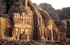 Construida por los nabateos en el siglo VIII a.C. Petra es el enclave arqueológico más importante de Jordania. Jordan Amman, Monument Valley, Mount Rushmore, Scenery, Around The Worlds, Mountains, Architecture, Nature, Travel