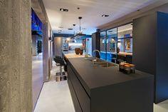 NIEUW: Tieleman Exclusief Speculo keuken by Eric Kant: met o.a. keukendeuren van spiegels, RVS aanrechtblad, Vancouver hout, koffiekraan