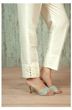Kurti Sleeves Design, Sleeves Designs For Dresses, Dress Neck Designs, Kurti Neck Designs, Mode Batik, Mode Wax, Salwar Pants, Plazzo Pants, Modele Hijab