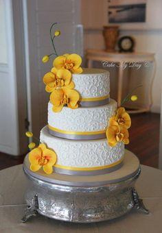 Torta de boda decorada con flores de colores y cintas grises, adornos sencillos y decorativos. #BodasDeAmarillos