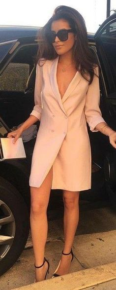 Blush Blazer Dress Source When dressing for an evening outfit, my influencer tends to go for a blazer two-piece or blazer dress. Womens Dress Suits, Suits For Women, Look Fashion, Fashion Outfits, Nude Dress Outfits, Gq Fashion, Fashion Skirts, Latest Fashion, Fashion Ideas