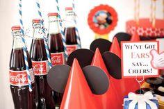 Aprenda como fazer uma festa do mickey em casa usando ideias simples e baratas para decorar a mesa de doces!