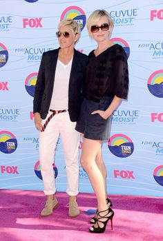 Pin for Later: Ellen DeGeneres and Portia de Rossi Have the Look of Love Down Ellen and Portia struck a pose at the July 2012 Teen Choice Awards in LA. Famous Couples, Couples In Love, Celebrity Couples, Celebrity Gossip, Ellen Degeneres And Wife, Ellen And Portia, Portia De Rossi, The Ellen Show, Queer Fashion