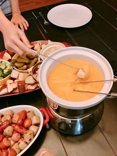 German Beer Cheddar Fondue - Pull out your fondue set and skip the fancy restaurant. Take this easy fondue recipe and whip up some ooey gooey goodness that everyone will love. What is better than a night with cheese and Craft beer? Cheddar Fondue Recipe, Fondue Recipes, Beer Recipes, Fondue Ideas, Copycat Recipes, Easy Recipes, Beer Mac And Cheese, Beer Cheese Fondue, Cooking With Beer