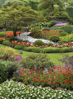 Looking out over a massive garden is surely a thing of joy for the green thumb. To see the lovely blooming fruits of your labor gives you a sense of pride like no other. Landscaping With Rocks, Front Yard Landscaping, Vancouver, Landscape Design, Garden Design, Italian Garden, Excursion, Victoria, Flower Beds