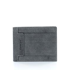 Cartera de piel gris, extra suave al tacto. La distribución interior es te estilo americano, con zona de tarjetería y billetera. Muy completa. Formato apaisado apto para cualquier bolsillo de hombre.