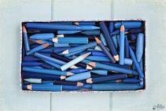 El azul siempre ha sido mi color, me gusta en todas sus gamas e intensidades y también todo lo que representa, el mar, el cielo... Y si algo no falta en casa son colorines azules, los he reunido a todos, sacado punta y aseado un poquito para la foto y aunque están un poquito (o muuuuy) usados, no importa, que se note que me gusta pintar la vida de azul.
