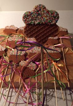 Leuke traktatie! Stroopwafel met discodip Kids Party Treats, Fun Snacks For Kids, Birthday Treats, Birthday Favors, Kids Meals, Boy Birthday, Time Kids, Fingerfood, Healthy Treats