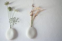 Vaso de parede. Feito à mão em porcelana polida sem vidrado a partir de moldes de uma pedra · leve e delicado com orifício para pôrflores · para colocar na parede . podelevar água e ser lavado à mão.Medidas: aproximadamente 11 x 9 x 2 cm