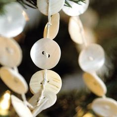 Hoe maak je je eigen knopenketting DIY: Vintage Button Garland Tutorial - how to make your own. Noel Christmas, Christmas Countdown, All Things Christmas, Winter Christmas, Vintage Christmas, Christmas Ornaments, Christmas Bunting, Diy Inspiration, Christmas Inspiration