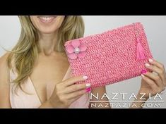 DIY Learn How to Crochet Easy Beginner Evening Bag Clutch Purse - Sew Zipper Line Purse Lining. Donna Wolfe from Naztazia . shows you to make and crochet an evening bag or clutch purse. This is a great summer DIY project, wedding project, or hand bag Crochet Clutch, Crochet Handbags, Crochet Purses, Crochet Bags, Crochet Double, Crochet Simple, Purse Patterns, Knitting Patterns, Crochet Patterns