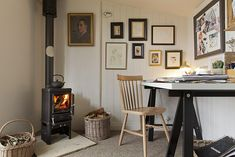 Sally& shed is a writer& retreat complete with cost wood-burner modernshed Shed Office, Garden Office, Office Spaces, Cabin Interiors, Office Interiors, Artist Shed, Shed Interior, Build Your Own Shed, Modern Shed