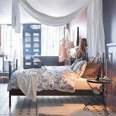 inspirations chambres à coucher IKEA cadre de lit Svelvik parure de lit Alvine Kvist table de chevet Noresund