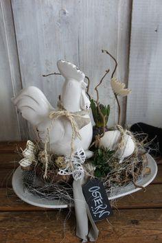 So wunderbar natürlich....so herrlich ländlicher Charme..... Auf einer antiken schweren Porzellan platte sitzt ein Nest mit einem großen Keramikhuhn. Hühnereier , Wachteleier und allerlei...