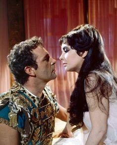 Richard Burton Elizabeth Taylor, Elizabeth Taylor Cleopatra, Elizabeth Taylor Movies, Real Life Love Stories, Great Love Stories, Love Story, Hollywood Stars, Classic Hollywood, Hollywood Couples