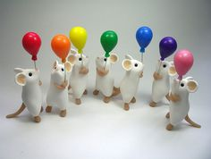 Little White Mouse with Balloon Sculpture by QuernusCrafts on Etsy in polymer clay. Polymer Clay Kunst, Polymer Clay Figures, Cute Polymer Clay, Polymer Clay Animals, Cute Clay, Fimo Clay, Polymer Clay Charms, Polymer Clay Projects, Polymer Clay Creations