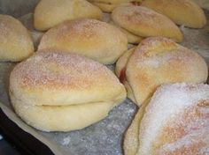 Pusupullat Vadelmahillolla ja Vanilijakreemi täytteellä! Kaisa Serkun Pusupullat 20 kpl 4 dl Maitoa 1 Muna 1 ... Sweet Desserts, Sweet Recipes, Cake Recipes, Dessert Recipes, Finnish Recipes, Baked Doughnuts, Sweet Bakery, Sweet Pastries, I Love Food