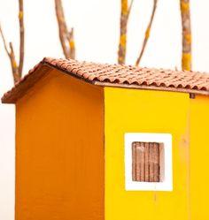 Casa naif 400sillas casas con tejados a dos aguas para for Decoracion de casas hechas a mano