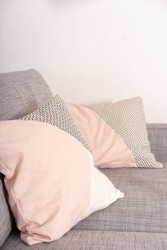 Einfaches Tutorial, wie du dir modische Kissen für dein Sofa nähen kannst. Bebilderte Anleitung mit kostenlosem Schnittmuster, super für Nähanfänger geeignet. Die Kissen werden mit Hotelverschluss genäht. #kissen #nähen #einfach #anfänger