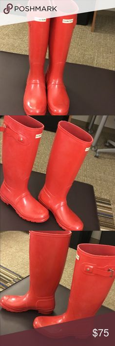 """Red HUNTER rain boots Wellies size9 Ladies 9 men's 8  gently worn in good used Stow and go with a lightweight rain boot built from natural, flexible rubber for rollaway packability. A Hunter-branded drawstring bag tucks into your travel trunk for easy access when the weather goes wet. Approx. heel height: 1 1/4"""". Approx. boot shaft height: 15 1/2""""; 16"""" calf circumference. Removable insole. Includes Hunter drawstring bag for packing. In hot or humid weather, natural latex rubber releases a…"""