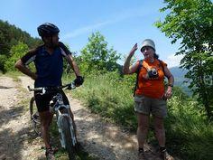 L'Elisenda i en Pep conversant. Ciclistes i caminaires botànics en una conversa distesa.