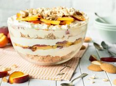 Fruity, fresh peach cheesecake trifle without Fruchtig, frisches Pfirsich-Cheesecake-Trifle ohne Backen The layered dessert with crispy egg biscuits, juicy peaches, creamy cream pudding and delicious cheesecake cream does not require an oven. Peach Cheesecake, Cheesecake Trifle, Trifle Desserts, Cheesecake Recipes, No Bake Desserts, Dessert Recipes, Peach Trifle, Baking Desserts, Banoffee Cake