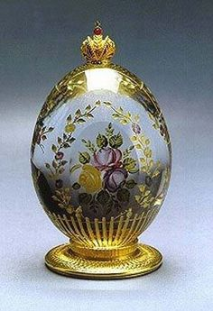 Rose Garden Egg delicately portrays a bouquet of roses hand painted in enamel, surrounded by a 23 carat gold trellis abundant with blooms. The Rose Garden Egg is offset with the Imperial Russian Cr… Tsar Nicolas Ii, Fabrege Eggs, Faberge Jewelry, Egg Art, Egg Decorating, Russian Art, Easter Eggs, Glass Art, Glass
