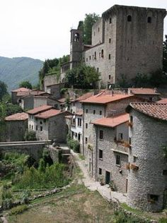 Verrucola, a medieval castle and Borgo in the northern Tuscany region called the Lunigiana.  Picture credit to: http://0.tqn.com/d/goeurope/1/0/n/T/verrucola_1.jpg