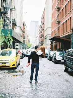 Sweet kiss in the middle of a New York City street ~ we ❤ this! moncheribridals.com