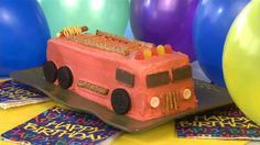 How to Make a Fire Engine Cake Video Fancy Desserts, No Bake Desserts, How To Make Eclairs, Quick Recipes, Cooking Recipes, Fire Engine Cake, Eclair Cake Recipes, How To Make Fire, Vanilla Pudding Mix