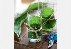 Quer deixar a mesa com um toque rústico? Vista os copos com folhas e ráfia. Produção Luana Prade