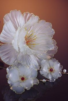 Discover thousands of images about Embedded Wire Flowers, Kanzashi Flowers, Fabric Flowers, Paper Flowers, Wire Crafts, Resin Crafts, Resin Art, Diy And Crafts, Plastic Bottle Flowers