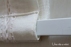 Un tutorial passo passo di come cucire le tende a pacchetto per la tua casa, facile, veloce ed economico. Io le ho realizzate per la mia cucina. Sewing Stitches, Sewing Patterns, Sewing Crafts, Sewing Projects, Curtain Designs, Paracord Bracelets, Needle And Thread, Needlework, Shabby Chic
