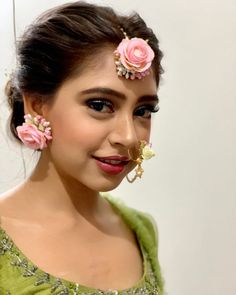Reasons Why Niti Taylor is the National Crush of India! Mehendi Outfits, Indian Bridal Outfits, Bridal Poses, Bridal Photoshoot, Modern Mehndi Designs, Niti Taylor, Wedding Couple Poses Photography, Fresh Makeup, Bollywood Wedding