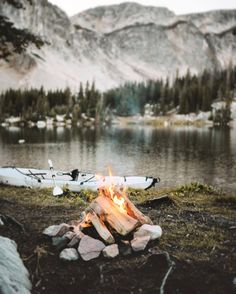 There are many great camping locations in Oregon. From coastal camping to camping in central Oregon, there are beautiful campgrounds and state parks scattered across the state. Glorious Kayak Camping in Oregon Ideas. Kayak Camping, Camping Life, Camping Hacks, Adventure Awaits, Adventure Travel, Nature Adventure, Camping Sauvage, Camping Aesthetic, Photos Voyages