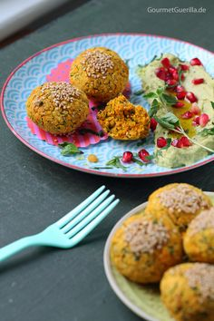 {Vegan & fettarm} Süßkartoffel-Falafeln aus dem Ofen mit Avocado-Hummus und Granatapfel